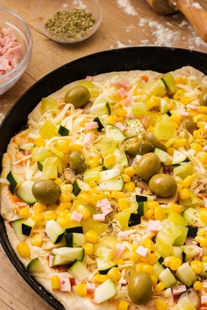 鍋に食材を使った高角生ピザ 無料写真