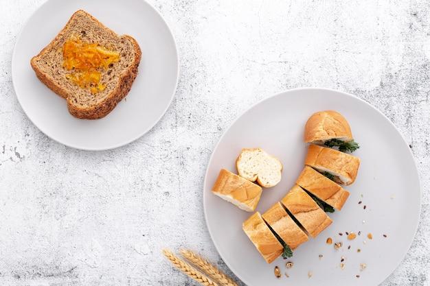 焼きたてのバゲットとパンのスライスのトップビュー 無料写真