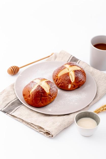 Высокий вид милые булочки и чашка кофе на ткани Бесплатные Фотографии
