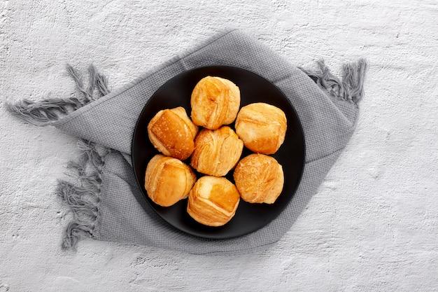 焼きたてのパンと布でトップビュープレート 無料写真