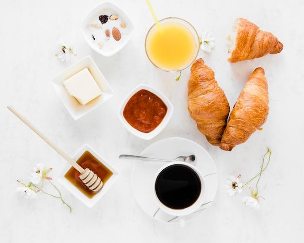 Круассаны с джемом медом и кофе Бесплатные Фотографии