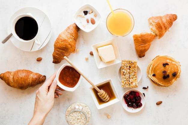 Круассаны с джемом, медом, апельсиновым соком и кофе Бесплатные Фотографии