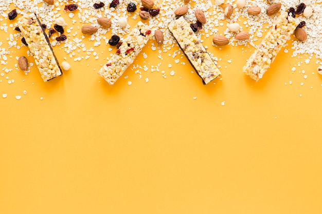 Изюм, миндаль, изюм и протеиновые батончики с копией пространства Бесплатные Фотографии