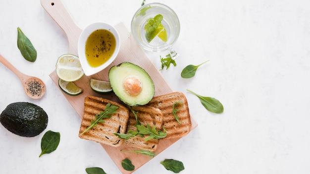Вид сверху тост с авокадо Бесплатные Фотографии