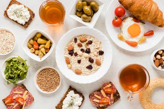 Овес, орехи и изюм с бутербродами Бесплатные Фотографии