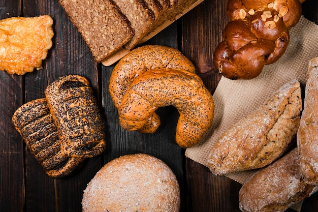 Вид сверху домашний хлеб и выпечка Бесплатные Фотографии