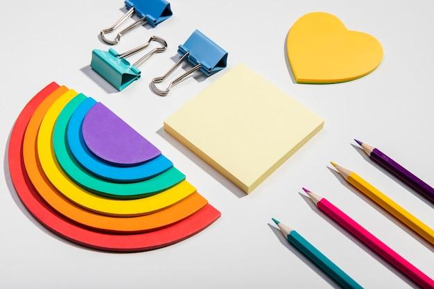 Почтовые карточки и школьные инструменты и радуга Бесплатные Фотографии