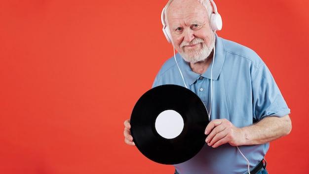 音楽レコードとコピースペースを持つシニア男 無料写真