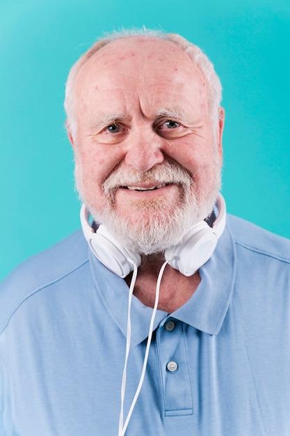 ヘッドフォンで正面スマイリーシニア 無料写真