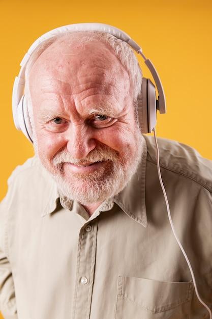 ヘッドフォンで高角シニア男性 無料写真