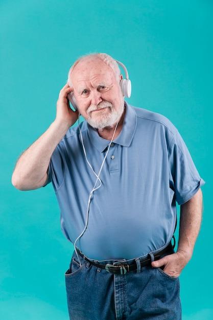 自宅で音楽を聴く高角シニア 無料写真