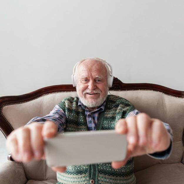 ビデオミュージックを見て高角シニア 無料写真