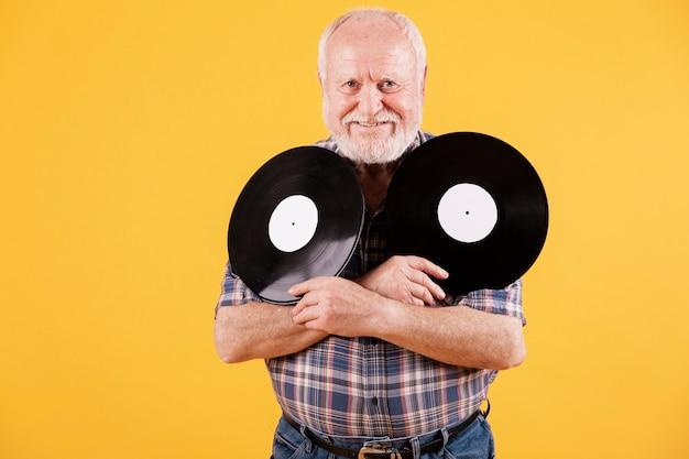 音楽レコードを持つスマイリー長老 無料写真