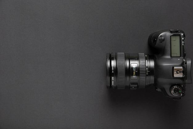 コピースペースと黒の背景にカメラのフラットレイアウト 無料写真