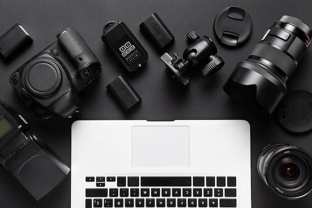 カメラの付属品とノートパソコンのキーボードの上面図 無料写真