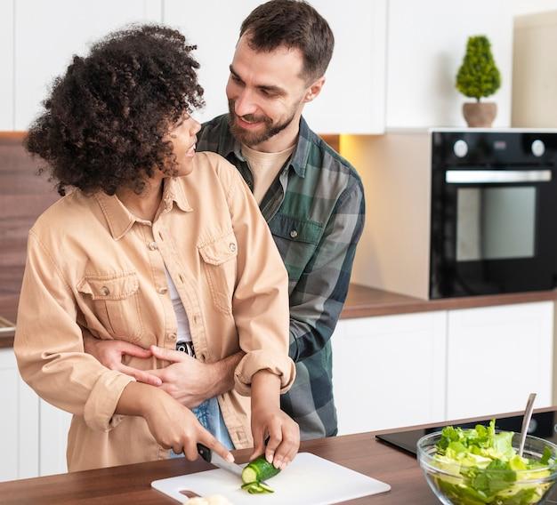 Молодая пара нарезка овощей вместе Бесплатные Фотографии