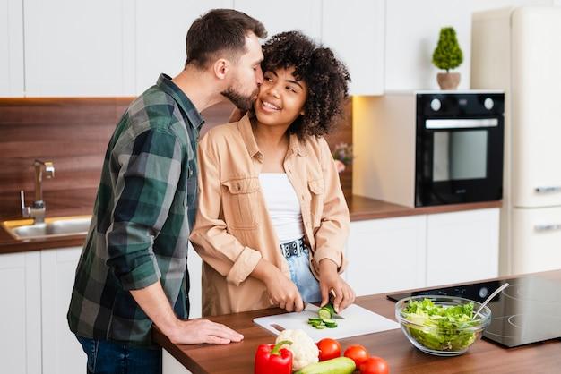 男は美しいアフリカ系アメリカ人女性にキス 無料写真