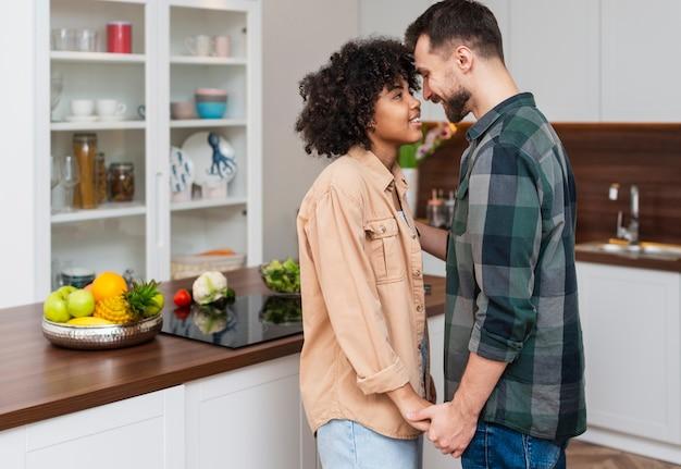 男と女が手を繋いでいるとお互いを見て 無料写真
