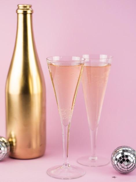 Бокалы шампанского с золотой бутылкой Бесплатные Фотографии