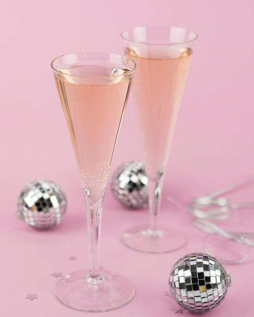 Бокалы шампанского с серебряными шариками Бесплатные Фотографии