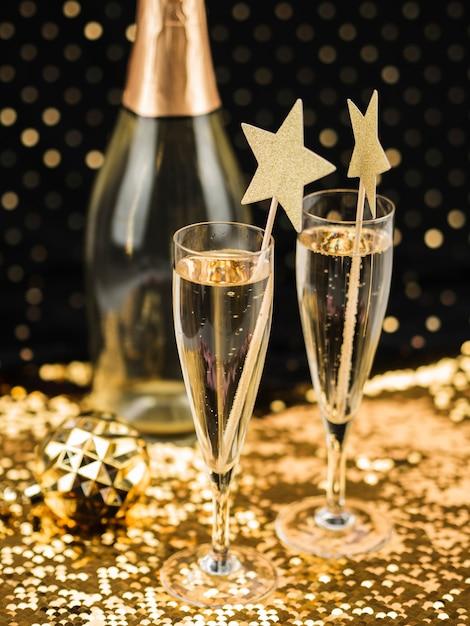 Бокалы для шампанского со звездами и золотой тканью Бесплатные Фотографии