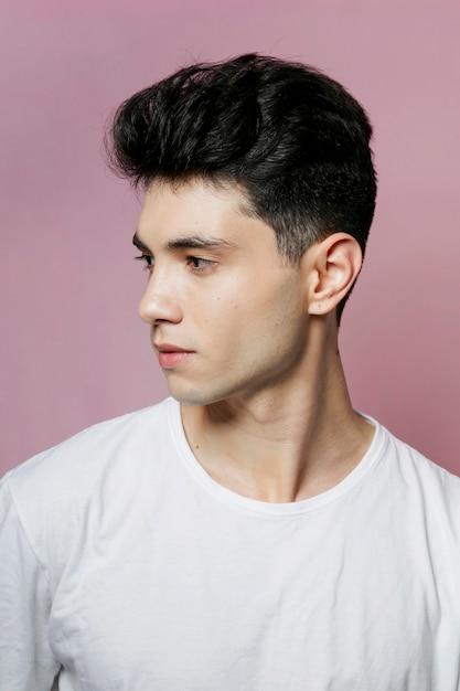 まっすぐな顔を保つ男の側面図 無料写真