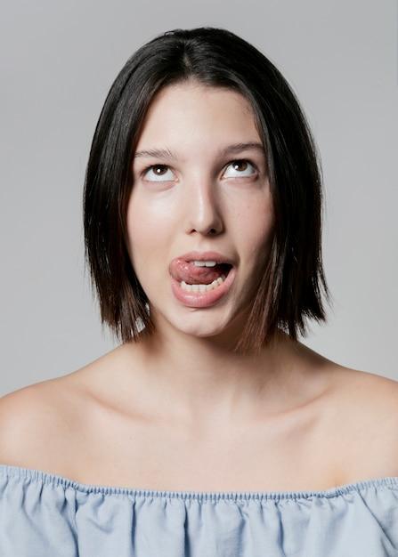 ポーズをしながら愚かな顔を作る女性 無料写真