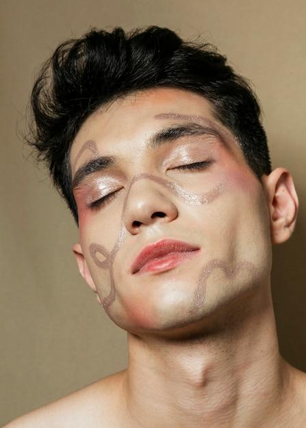目を閉じてポーズ瞑想的な男 無料写真