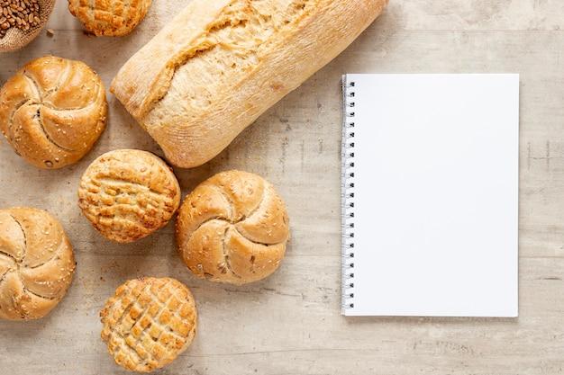 Различные виды хлеба и блокнот Бесплатные Фотографии