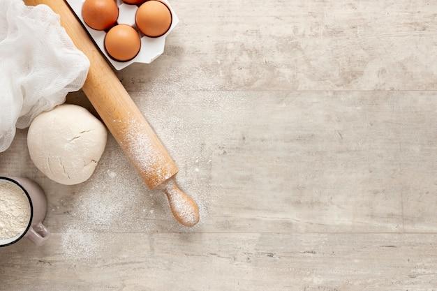 生地の卵とコピースペース付きキッチンローラー 無料写真