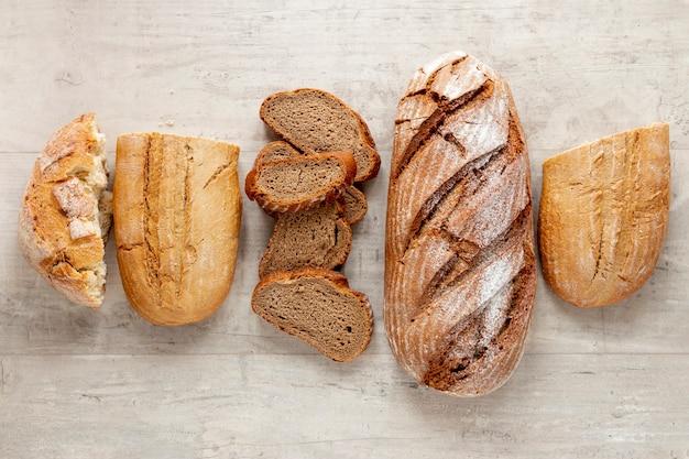 Вид сверху на разные виды хлеба Бесплатные Фотографии