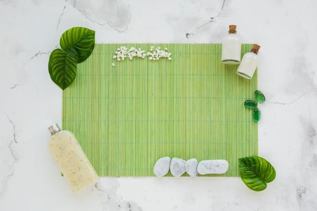 グリーンマット上の製品のコンテナー 無料写真