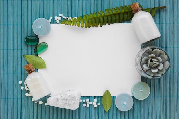 Банные принадлежности на голубом коврике с белым прямоугольником Бесплатные Фотографии