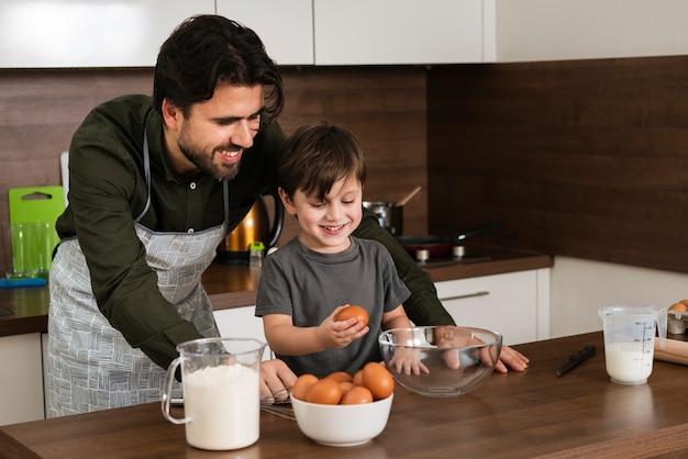 ハイアングルスマイリー父と息子の料理 無料写真