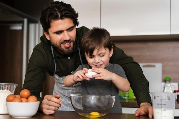 卵を割れ低角度の小さな男の子 無料写真
