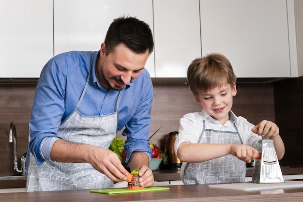 Семья под низким углом готовит вместе Бесплатные Фотографии