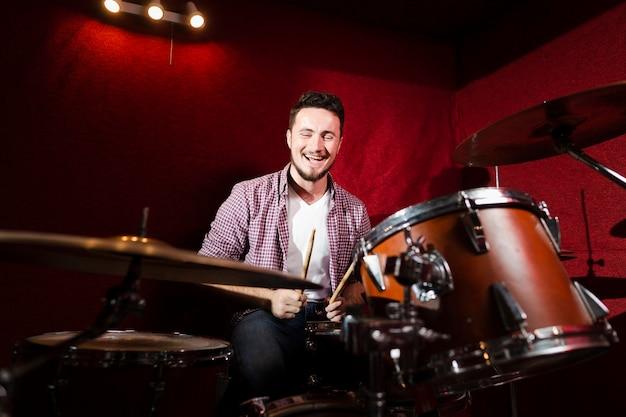 Парень играет на барабанах и быть счастливым Бесплатные Фотографии