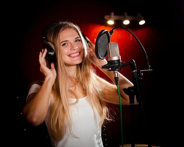 ヘッドフォンと笑顔を着ている女性 無料写真
