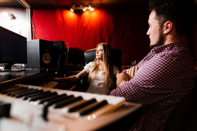 Клавиатура крупным планом и люди, осваивающие песни Бесплатные Фотографии