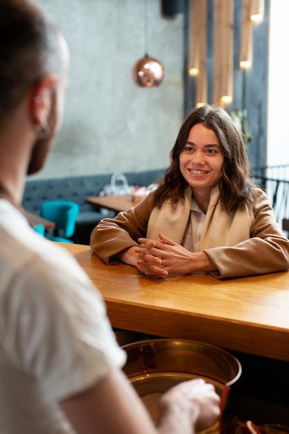 一杯のコーヒーで議論するビジネスパートナー 無料写真
