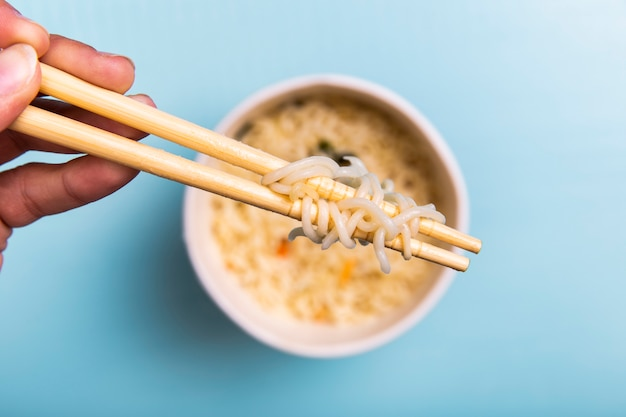Крупным планом палочки для еды с лапшой Бесплатные Фотографии