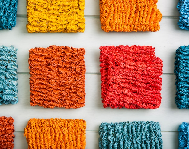 Плоская раскладка красочной лапши рамэн Бесплатные Фотографии