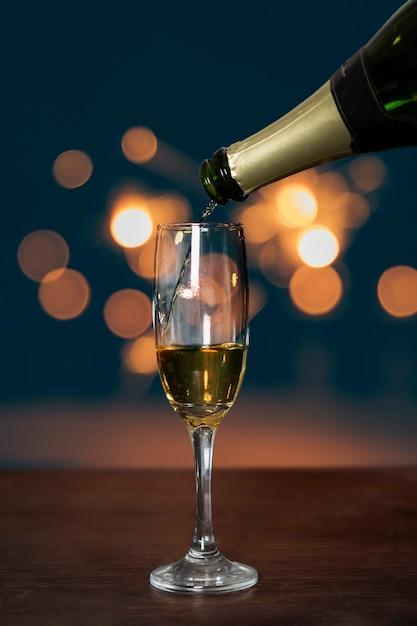 Бутылка розлива шампанского в бокал Бесплатные Фотографии