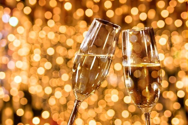 黄金のボケ効果とシャンパンのグラス 無料写真