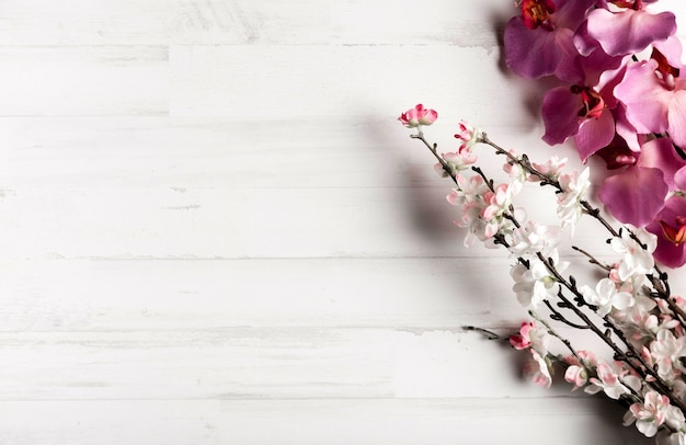 Белый деревянный фон с красивыми цветами Бесплатные Фотографии