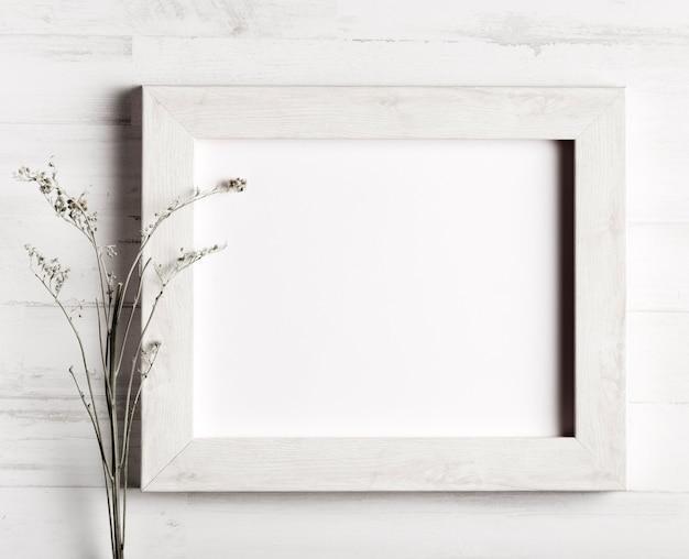 花と木製の壁のフレーム 無料写真