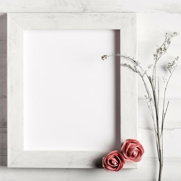 バラと花を持つ空白の木製フレーム 無料写真