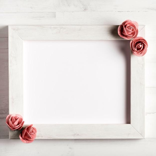 バラとシンプルな空白木製フレーム 無料写真