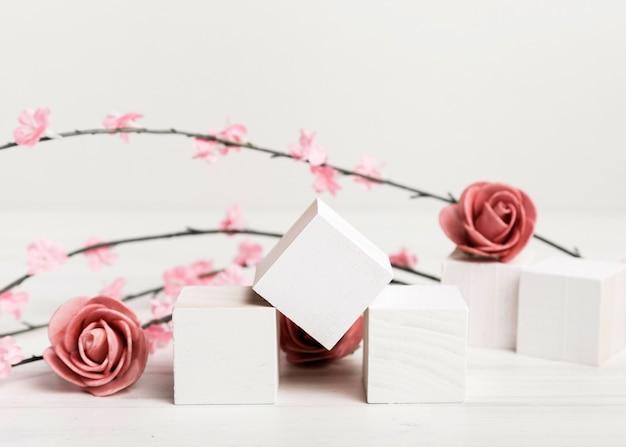 Художественная концепция розы с белыми кубиками Бесплатные Фотографии