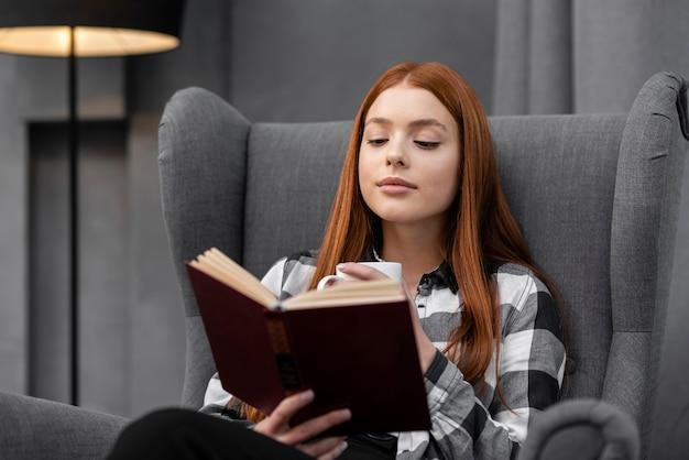 屋内で本を読む女性 無料写真